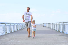 Pai e menina que correm na ponte fotografia de stock