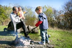 Pai e miúdos no lugar do piquenique Fotografia de Stock