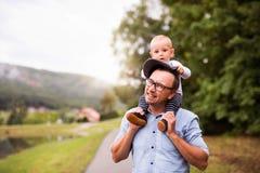 Pai e rapaz pequeno na natureza no verão Imagem de Stock Royalty Free