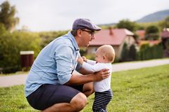 Pai e rapaz pequeno na natureza no verão Fotografia de Stock Royalty Free