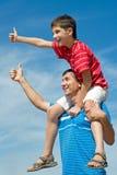 Pai e seu filho ao ar livre Fotografia de Stock