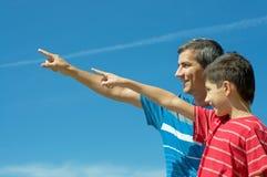 Pai e seu filho ao ar livre Imagens de Stock Royalty Free