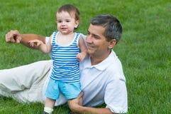 Pai e seu filho no parque Fotos de Stock Royalty Free