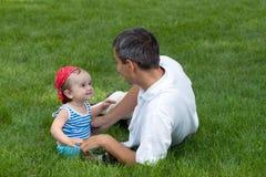 Pai e seu filho no parque Imagem de Stock Royalty Free