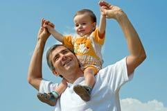 Pai e seu filho pequeno ao ar livre Imagens de Stock