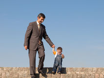 Pai e seu filho pequeno ao ar livre Fotografia de Stock Royalty Free