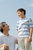 Pai e seu filho pequeno ao ar livre Fotos de Stock Royalty Free