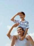 Pai e seu jogo do filho ao ar livre Imagens de Stock