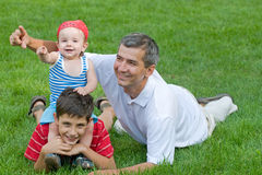 Pai e seus filhos no parque Imagens de Stock Royalty Free