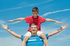 Pai e seus jogos do filho ao ar livre Fotos de Stock Royalty Free