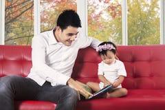 Pai e sua criança que leem um livro Imagem de Stock Royalty Free