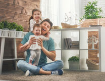 Pai e suas filhas fotografia de stock royalty free