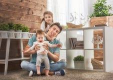 Pai e suas filhas imagens de stock royalty free