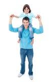 Pai entusiástico que dá seu passeio do sobreposto do filho Foto de Stock