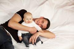 Pai feliz com bebé de riso Imagens de Stock Royalty Free