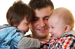 Pai feliz com bebés Imagem de Stock