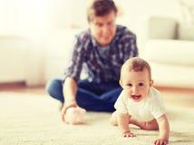 Pai feliz com beb? e mealheiro em casa imagens de stock