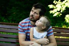 Pai feliz com filha adorável Fotografia de Stock