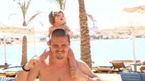 Pai feliz com a filha bonito em seu pescoço filme