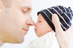 Pai feliz com filho recém-nascido Imagem de Stock Royalty Free