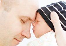Pai feliz com filho recém-nascido Fotos de Stock Royalty Free
