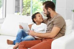 Pai feliz com o menino afro-americano adotado imagens de stock