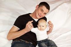 Pai feliz com seu bebé Imagem de Stock