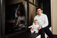 Pai feliz com seu filho do bebê de um ano que joga em casa na cama Imagens de Stock Royalty Free