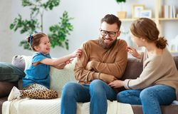 Pai feliz da m?e da fam?lia e filha da crian?a que ri da casa fotografia de stock royalty free