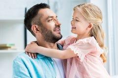 pai feliz e filha que abraçam e que sorriem-se imagens de stock royalty free