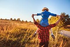 Pai feliz e filha que andam no prado do verão, tendo o divertimento e o jogo fotografia de stock