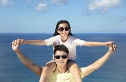 Pai feliz e filha que têm o divertimento junto imagens de stock