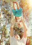 Pai feliz e filho ao ar livre Fotografia de Stock