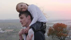Pai feliz e pouco daghter que andam no prado do outono e que têm o divertimento filme