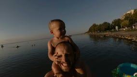 Pai feliz e seu filho que tomam um selfie junto na praia Sorriso filme