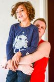 Pai feliz que joga com o menino na cozinha Imagem de Stock Royalty Free
