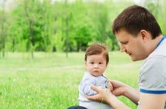 Pai feliz que joga com seu filho Fotos de Stock