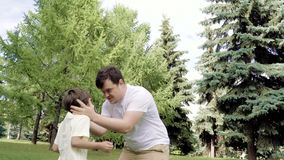 Pai feliz que joga com seu filho que lanç o no ar livre do ar video estoque