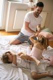 Pai feliz que joga com sua filha em casa imagens de stock royalty free