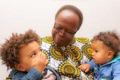 Pai grande afro-americano dos bebês Foto de Stock Royalty Free