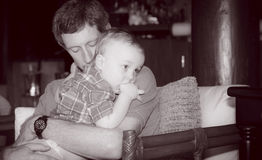 Pai Holds Boy Toddler & Gives ele conforto fotografia de stock royalty free
