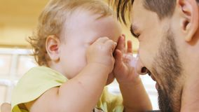 Pai Holds Little Girl do close up nos braços e nos mordentes dos beijos vídeos de arquivo