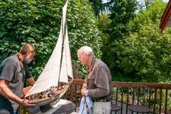 Pai idoso e filho que trabalham junto Fotos de Stock Royalty Free