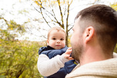 Pai irreconhecível com seu filho na floresta do outono Fotos de Stock Royalty Free