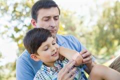 Pai loving Puts uma atadura no cotovelo de seu filho novo fotografia de stock royalty free