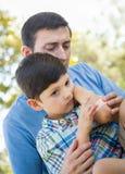 Pai loving Puts uma atadura no cotovelo de seu filho novo imagem de stock royalty free