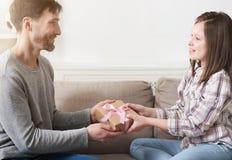 Pai loving que apresenta o presente à filha de sorriso foto de stock