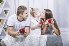 Pai, mãe e filha novos bonitos felizes da família com ele Fotos de Stock Royalty Free