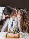 Pai, mãe e filho comemorando o birthda fotos de stock