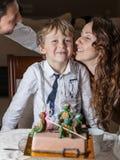 Pai, mãe e filho comemorando o birthda imagens de stock